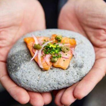 Cocinar a la piedra: la tendencia que practica en Mendoza el chef irlandés Edward Holloway en bodega Alfa Crux